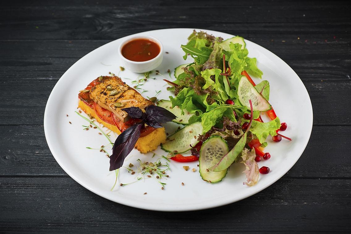 Запеченная полента с сыром тофу, соусом маринара и хрустящим салатом