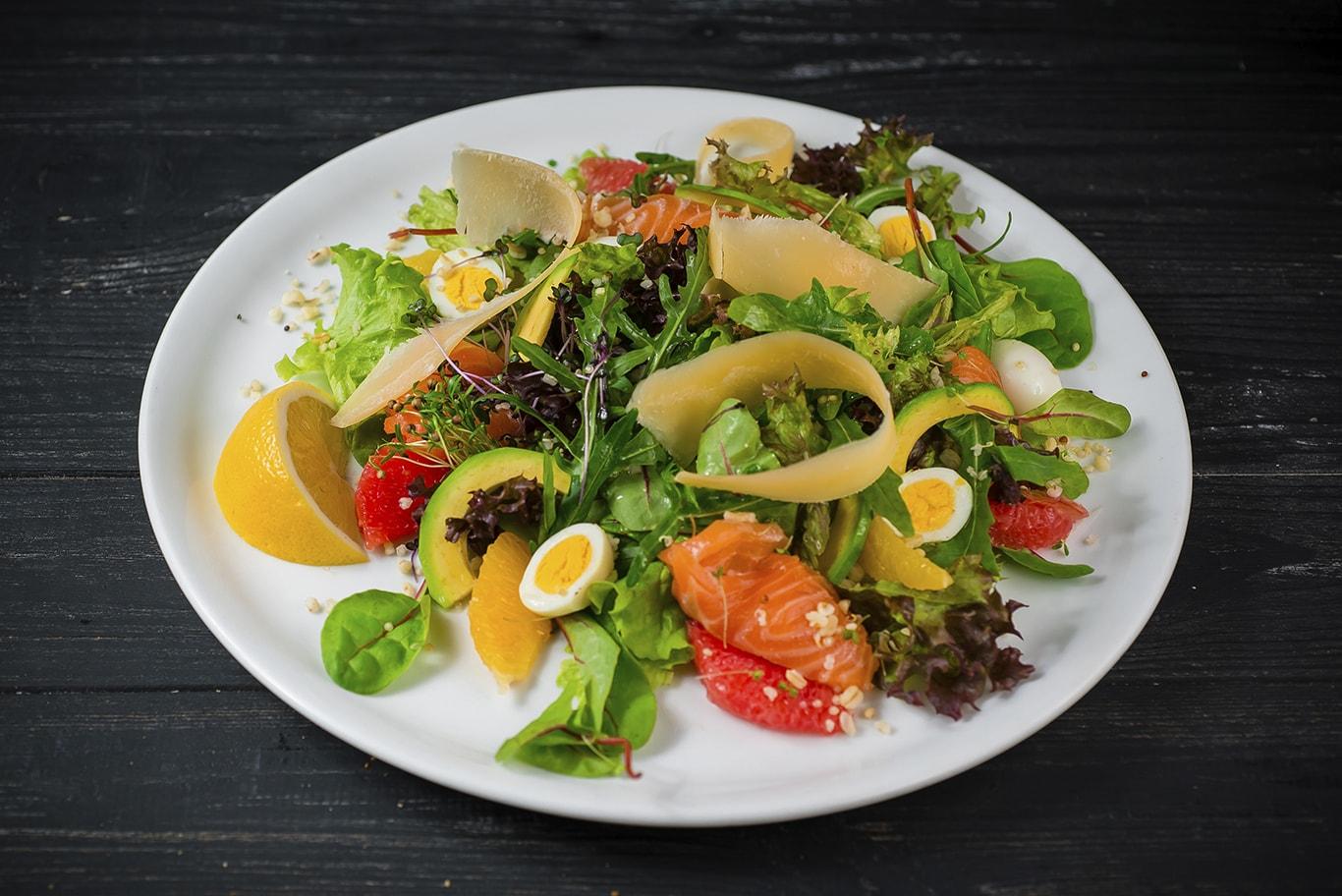 Фреш-салат с малосоленым лососем и авокадо