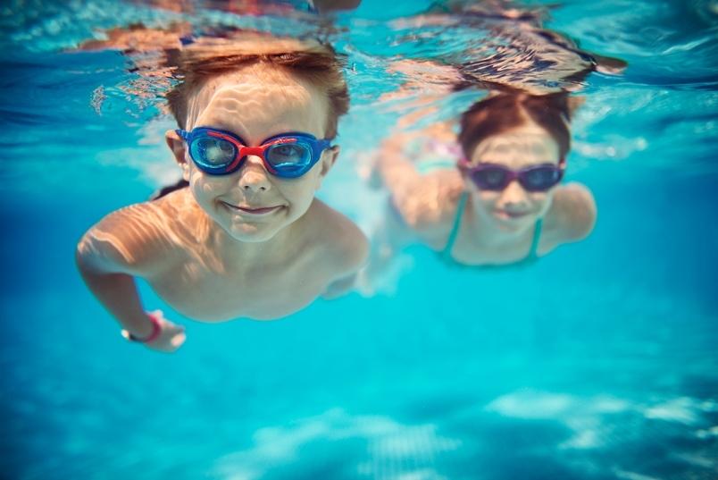 tild6538-6562-4432-a430-646636303330__kids-swimming-underw